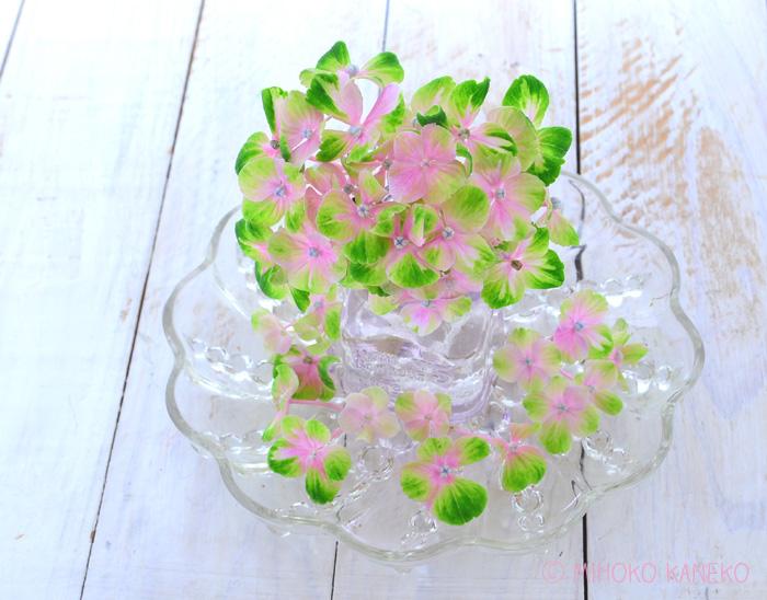 茎に長さがある部分は、水を入れたボトルに生けます。  花瓶に生けるほどの丈がないあじさいは、フチのあるお皿に薄く水を張って、ボトルの周りを囲んでリース風にあじさいをセット。あじさいの花の切り口の断面に水がつかっていれば、花は結構長持ちします。