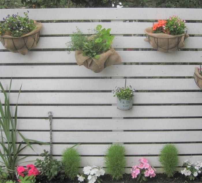 みなさんお分かりと思いますが、今回紹介した飾り方は、本当は草花にとってベストな環境ではありません。時間のある時やガーデニングに慣れてきたら、即席ではなく、ポット苗をきちんと鉢に植え替えてあげることをおすすすめします。  草花を健やかに育てるためには、やはり、ビニールポットのままでは難しいのです。ビニールポットのままで育てると、鉢に植え替えて育てる場合と比べて、蒸れやすく、乾きやすく、根をはる土も少なく、肥料不足にもなり花付きが悪かったり、ヒョロヒョロ徒長したり、葉が黄色くなったりしがちです。それでも、生花を飾るのとは比べ物にならないほど長持ちしますし、草花の育つ姿を楽しむことができます。  ポット苗をもらったり買ったりしても、なかなか植え替える時間が無くて飾れない・・・。と、悲しい気持ちになることはありません。今回紹介した方法で簡単にかわいく飾って楽しみましょう!  また、急な来客があるのに寄せ植えやハンギングバスケットが枯れてしまったものばかりでどうしよう! と、いう時の対処法としてもおすすめです。短時間で何鉢もきれいに仕上がりますよ。  肩の力を抜いて、どんな方でもどんな時でも気軽にガーデニングを楽しむために、時と場合に応じて今回の即席ガーデニングの方法を取り入れることをおすすめします。ぜひ、お試しください。
