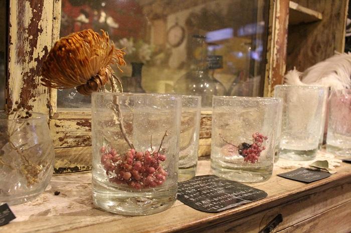こちらは作家さんにより作られた花器。ドライの植物を合わせても素敵です。他にもアンティークの瓶など、たくさんの花器が取り揃えられています。