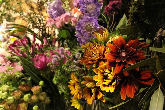 """店名の『jardin nostalgique(ジャルダンノスタルジック)』は、フランス語で""""懐かしい庭""""という意味を持ちます。フランスでシャンペトルと呼ばれる田園風の花のスタイルに惹かれたという青江さんは、お店作りにも、花を作るときにも、どこか懐かしさを感じるような素朴な雰囲気を大切にしています。"""