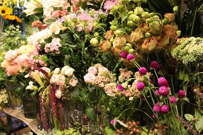 一番のこだわりは仕入れという青江さん。  「僕は市場には早めに行く方だと思うんですけど、すごく時間をかけてしまうんですよね。仕入れる花は、やっぱり珍しい花や好きな花。そして、状態と値段のバランスが良いものを探して、良いものを買いやすい値段で提供したいと思っています。また『jardin nostalgique』では、日々レッスンもしているので、そのためのお花もいつも探しています。レッスンを受けていただく皆さんにもふんだんにお花を使って頂けるように、納得するまで市場を何時間も右往左往してしまいます。帰ればいいのになかなか帰らない(笑)。究極を探したいという気持ちが強くて、やっぱりそこは曲げられないですね。」と、そのこだわりについて教えてくださいました。  そうして仕入れられた花はとても瑞々しく、ひとつひとつが個性豊か。