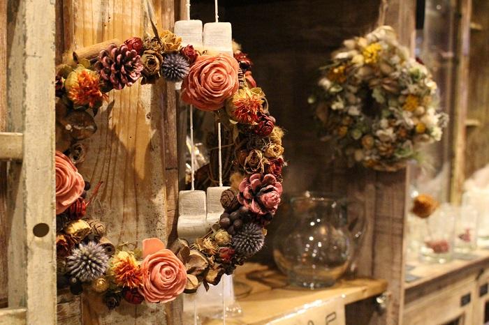 おもちゃ箱をひっくり返したような、お花を買わなくても、来てくれた人が楽しめる場所にしたい。」と語る青江さん。お花とお菓子、そして雑貨が並ぶ店内は、わくわくと胸が高鳴る空間です。  生花だけではなく、ドライフラワーで作られたリースなどのアレンジメントもお店を彩ります。