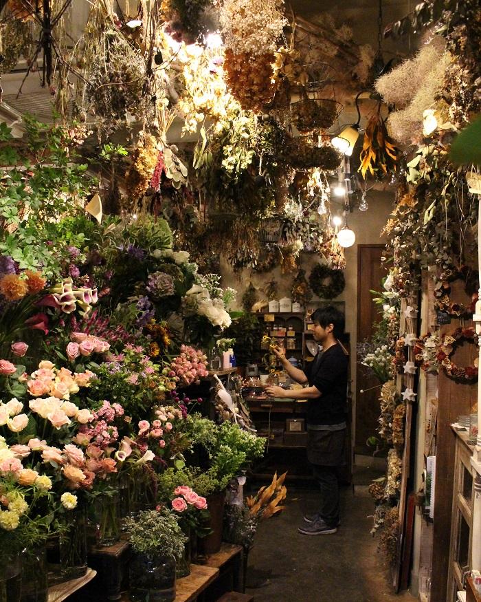 """『jardin nostalgique』は、花とお菓子、そして雑貨を取り扱う新しい形のお店です。青江さんと加藤さんの""""好きなもの""""が詰まっています。まさに、青江さんがフランスで出会ったという「自身の好きなものを押し出した個性豊かなお店」が、叶えられたお店です。"""