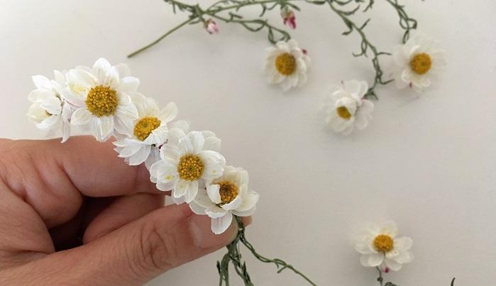花かんざしはドライフラワーにしてからワイヤーを使って花部分だけまとめていきます。
