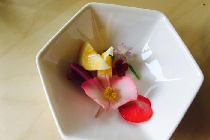 先ほど作ったノンアルコールモヒートに、食べられる花~エディブルフラワーを飾り付けていきましょう。