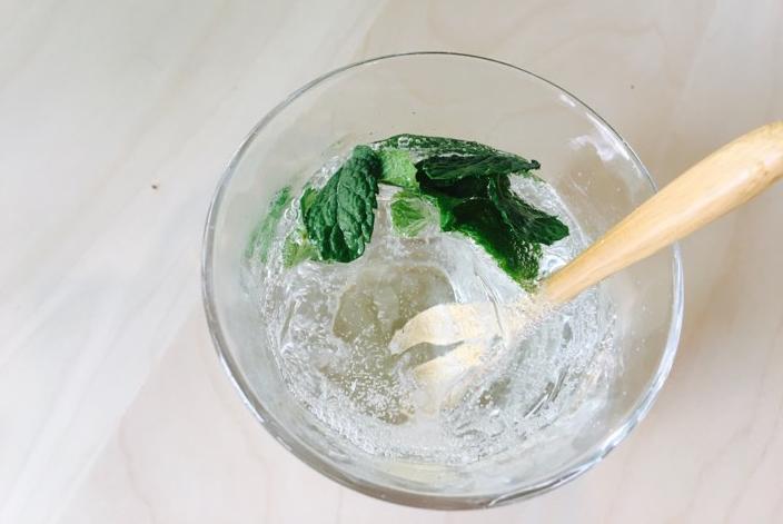 最後に氷を入れ、炭酸を注いだら完成です!  ここにカットしたライムやレモンを飾り付けて、爽やかさをプラスしてもいいですね♪
