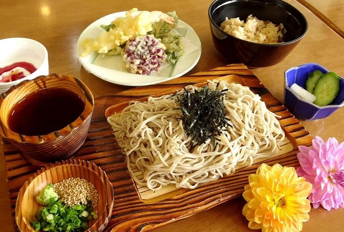 ダリアは200種1,000株が咲き、ダリアの花をまるごと揚げた天ぷらとともに毎年好評です。