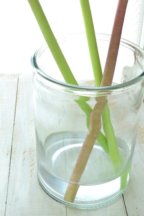 1輪でもかなりの重さがあります。水の量が少ないので、軽すぎる花瓶に生けると、花の重さに耐えかねて花瓶がひっくり返るという惨事に・・・。花の重さに見合った重さや安定感のある花瓶を選ぶようにします。