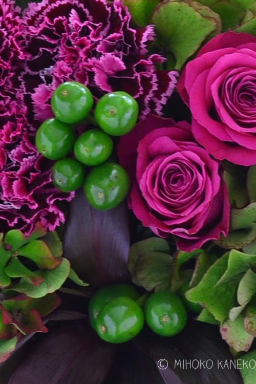 グリーンの実は、コニカル。観賞用の唐辛子です。最近、観賞用の唐辛子は、とても種類が多くなってきました。コニカルの色は、赤、黒、グリーン、オレンジ、黄色など色々。花市場には、葉っぱが取られて、実だけの状態で入荷してきます。