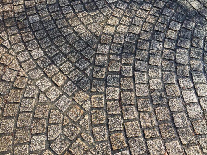 石材舗装はシックな印象のピンコロ石舗装。