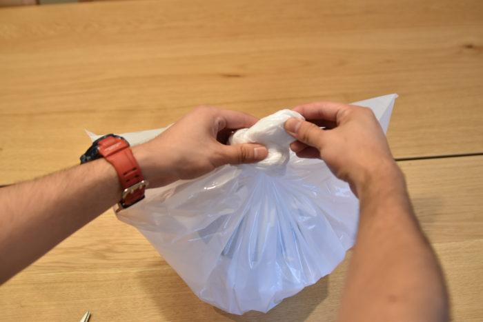 ここからは新芽が出て安定するまで土を乾かさないようにします。  ゴミ袋などの大き目の袋で鉢を包んでしまうのも手です。  定期的に開いて中の空気を入れ替えてください。
