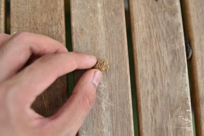 普通の鉢植えでもよく使われる大きさの赤玉土です。大粒の赤玉土と同様に、鉢底石の代わりとして使われたり、土の中に混ぜて通気性と排水性を上げるために使用されたりします。  土を混ぜて作るときに、少し水はけを良くしたいなと思ったら中粒の赤玉土を入れて調節すると、水はけがよくなりますよ。