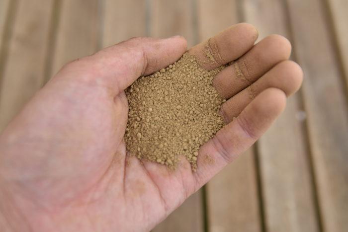 かなり細かい粒の赤玉土です。微塵の代わりに使われたりします。  基本的には挿し木に使用されますが、小粒に混ぜて保水性と保肥性を上げて使ったりもします。  細粒赤玉土のみで植え込むと排水性と通気性が一気に無くなるので注意がひつようです。