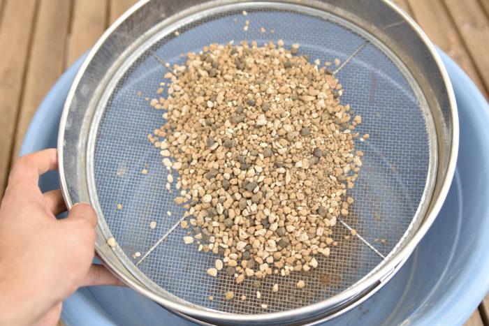 赤玉土は土であるため、輸送時や経年劣化によって微塵が出てしまいます。  そのため使う前には振るいにかけて、微塵を取り除き、粒の大きさを均等にした方が良いです。