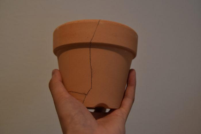 割れた鉢が無く挑戦してみたい場合は、鉢に鉛筆やシャープペンで線を描き、100均やホームセンターに売っているリューターで線に沿って溝を掘って安全に割ることのできる方法があります。
