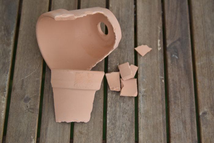 今回は鉢と土以外はすべて100均で購入したものを使っています。  まず、割れた鉢を用意します。