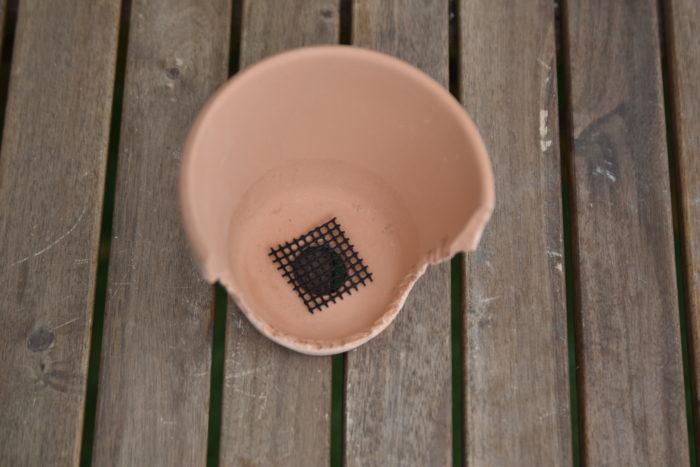 鉢が準備出来たら早速寄せ植えを作っていきましょう!  まず、鉢穴に鉢底ネットを被せて土が流出しないようにします。
