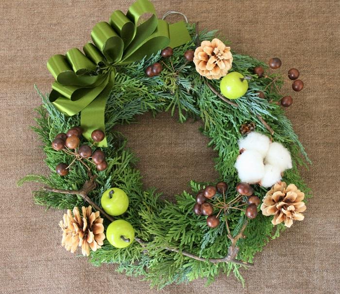リンゴや、綿花、実もので飾りつけました。