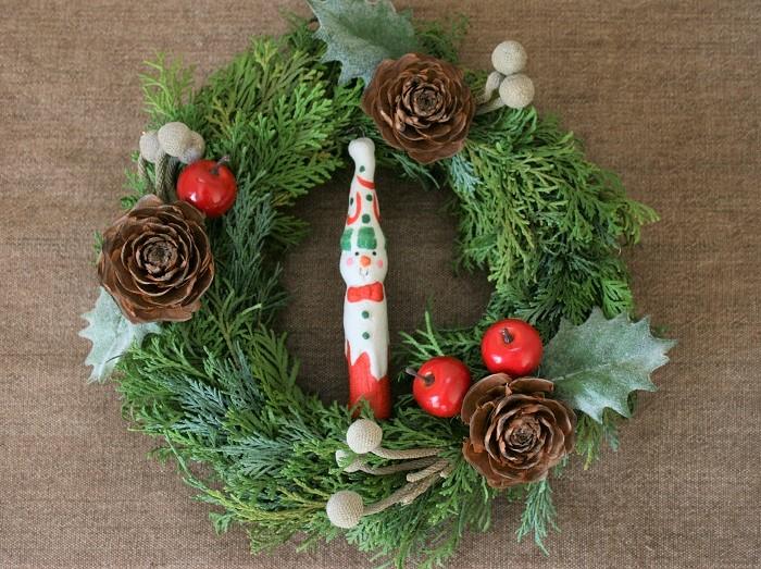 シダ―ローズ(ヒマラヤ杉の実)と、シルバーブルニアをメインに飾りました。子どもと一緒にかわいらしいデザインで作るのもいいですね。