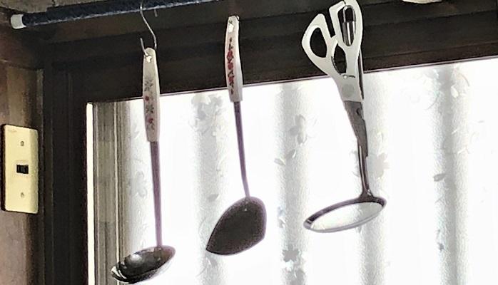 突っ張り棒を設置してSカンなどでかけておくと、使いたいときにさっと取れて使い勝手もよくなりました。
