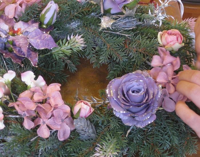 デザインを決めて、リースの土台と花、飾りやリボンを用意します。  アーティフィシャルフラワーの花は、付けやすいように茎3cmほど残してカットしておきます。