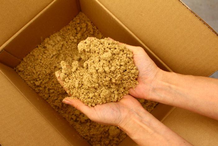 油かすや米ぬかなどの有機肥料に、土やもみがらを混ぜて発酵させて作る肥料のことをボカシ肥と言います。 土に肥料分を混ぜて薄めることからボカシと呼ばれるようになりました。微生物に分解されるまで時間がかかることから緩効性肥料の種類になります。