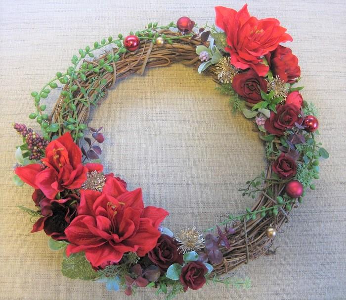クリスマスはやっぱり赤色。の方はこちらのデザインはいかがですか。アーティフィシャルフラワーのアマリリスとミニバラをメインに、グリーンネックレスなどもポイントに使っています。