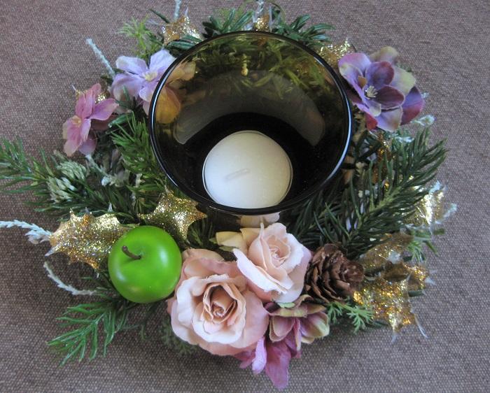 リース土台に、クリスマス素材をグルーガンで貼り付けてリースを作り、真ん中にキャンドルを飾ることもできます。