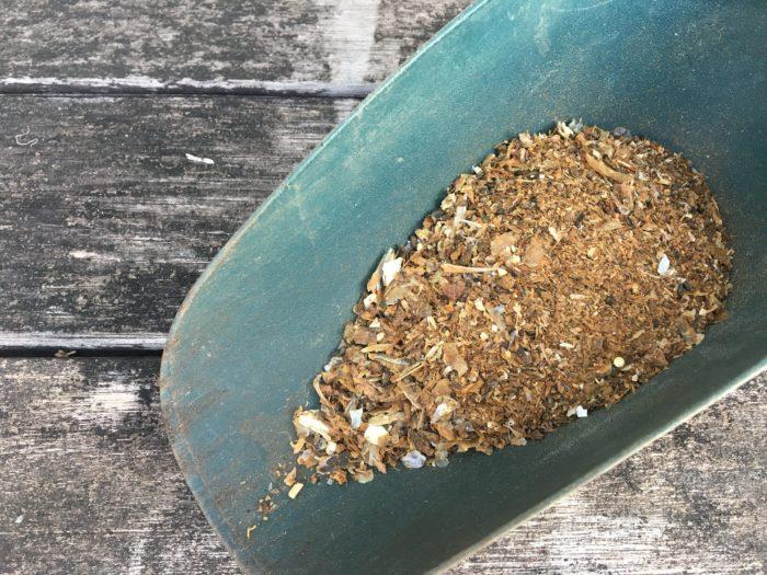 魚の水分と脂肪分を抜いて作られた魚かすの肥料は、窒素とリン酸を多く含んでいます。ゆっくり効いていく有機肥料と早く良く効く化成肥料のちょうど中間のような肥料です。そのため、元肥としても、追肥としても使われることがあります。  原料が魚なので、土の表面に魚粉類が出ていると鳥や小動物、虫の餌となってしまうため、必ず土の中にしっかりと混ぜ込みましょう。