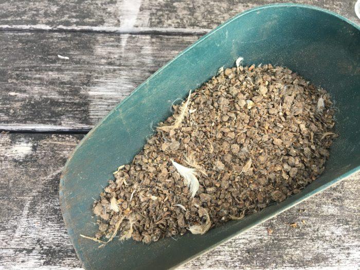 鶏の糞を発酵させたものです。堆肥の種類でもありますが、3要素を含んでいるため肥料として扱われます。速効性肥料のため、元肥にも追肥にも使用できます。  間違えやすいのが、発酵させていないただ乾燥させている「乾燥鶏糞」もあります。乾燥鶏糞は、土と混ぜるとそこから発酵分解が始まります。そのため、微生物が土の中の窒素や酸素を奪う現象が現れるため、植物を植えると植物が弱ってしまいますので、くれぐれも間違えないように気を付けましょう。