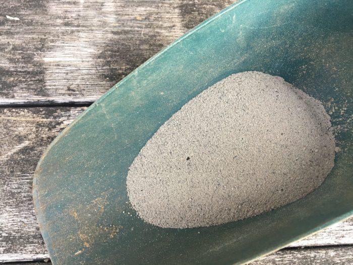 原料は、草や木を燃やしてできた灰です。主にカリウムを防ぎます。速効性肥料のため、元肥にも追肥にも使用できます。  灰というだけあり、さらさらとした粉末ですので、とても軽いため風の強い日など飛散防止に気を付けて下さい。  ・野菜栽培用にバランスよく混合された有機肥料等  初心者の方には、これが一番使いやすい肥料になると思います。形状も、粉末・ペレット状・粒状などの種類があります。  数種類の有機肥料が配合された肥料なので、偏りのないバランスのとれた施肥が可能になります。その他の有機肥料同様緩効性肥料です。土に良く混ぜ込んで使用しましょう。