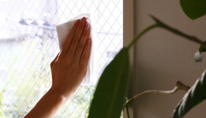 窓が汚れているのは内側と外側とで原因が違います。