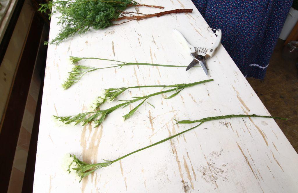 2.花材の長さを揃えよう  つくるスワッグの大きさを考えて、花材全体の長さをカットしていきましょう。