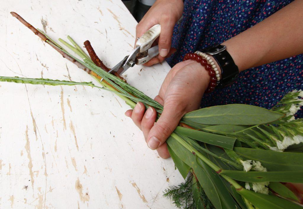 4.スワッグ全体の長さを整えよう  花材をまとめたら、10cmほど残してカットします。