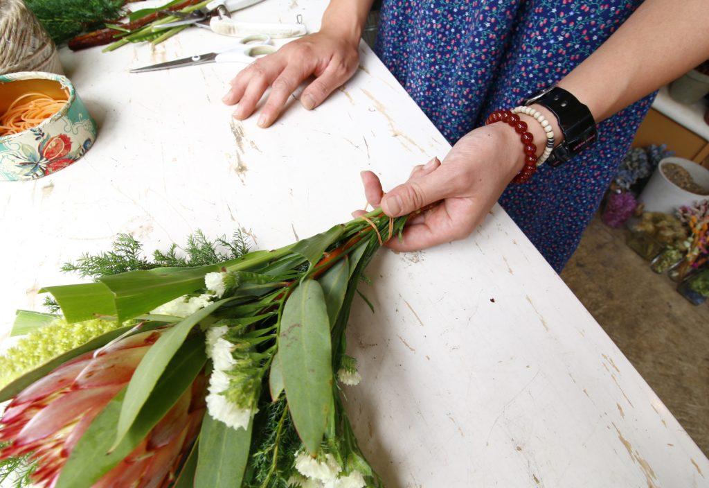 5.輪ゴムでしっかり止めよう  組んだ花が崩れないように、輪ゴムでしっかりと止めましょう。