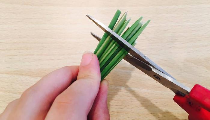 最後にハサミで長さを切り揃えます。