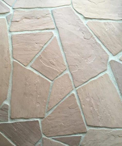 石材舗装はオシャレなオレンジ色の割石舗装。