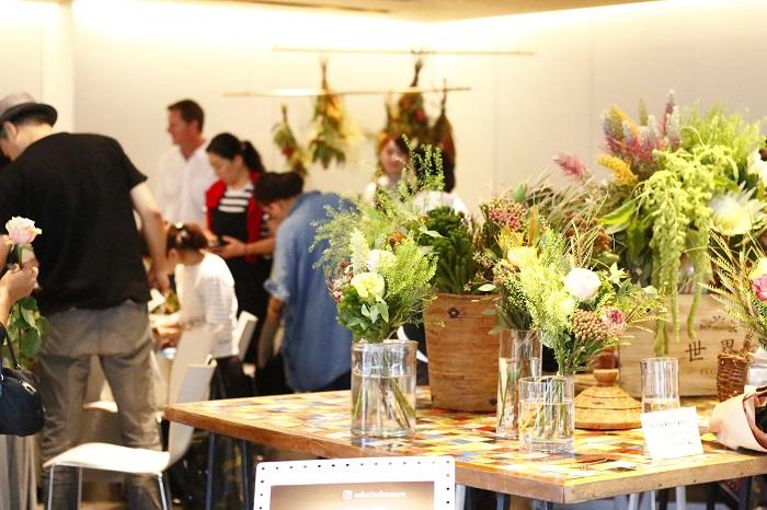 オンラインショップで展開する「世界の花屋」。グランドオープンにむけて、9月26日~9月27日にポップアップストアがオープンしました。  なかなか手に取ることのできない世界の花を実際に見て購入できるので、多くの人でにぎわっていました。  また、前田有紀さんと南アフリカのプロテア農家のブライアンさんによる、スワッグのワークショップがとても好評で大変盛り上がっていましたのでご紹介します。