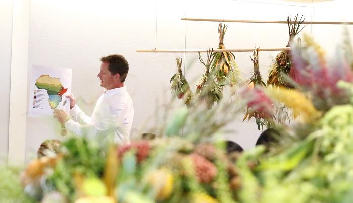 ブライアンさんは、プロテア農家をしている南アフリカの様子や、今回スワッグに使用する植物の種類まで、写真を交えてわかりやすく説明してくれました。