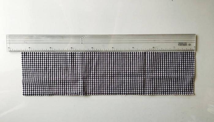 1 お好みの布をお好みの長さにカットします。  今回は目にも乗せられるアイピローを作りますので、横42cm位、縦12cmの長さのものを用意しました。