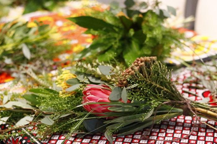 ワークショップが終わる頃には、会場が草花のとてもいい香りにつつまれて、笑顔と活気あふれる空間になっていました。ワークショップに参加した方々は、清々しい笑顔で会場を後にしていました。      世界各地の農家さんが、オンラインショップで素敵に花を飾るオンラインショップは少ないのでとても興味をしめし、「世界の花屋」を応援してくれています。  世界旅行を楽しむように、魅力的な草花を楽しんでみませんか?
