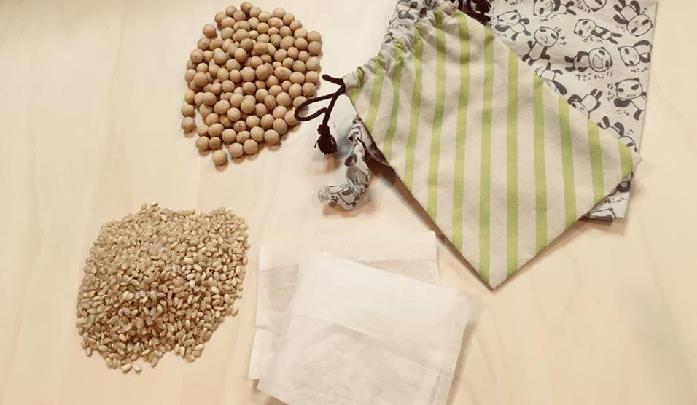 材料  ・お茶パック  ・大豆・玄米  ・巾着  今回ご用意したのは、大豆と玄米です。小豆と同じように、水分を含んでいるため天然蒸気の効果があります。  裁縫が苦手な方は、お茶パックに詰めるだけで簡単に作ることができます。  ただし、玄米は粒が小さくこぼれやすいため、お茶パックを2重にして使用しましょう。