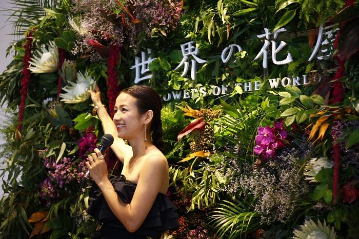 アナウンサーの仕事をしてから、転職し花屋で働き、独立した前田有紀さん。母になり、より力強く活躍している素敵な姿に多くのファンが魅了されています。その魅力の源をご紹介します。  前田有紀さんは、初めてプロテアに市場で出会ったとき、地球上でこんなに大きく素敵な花が育つのかと衝撃を受けたそうです。花屋でプロテアを使う機会があり、見た目がユニーク、美しく、花持ちがよく、なんといっても力強いところに魅力を感じたそうです。独立してからは、そんなプロテアに自分自身の人生を重ねるところがあり、ユニークだけど、それぞれ個性があって美しいそんな風に自分も生きていきたいという想いのあるお花になっているそうです。  今回機会があり、プロテアのようなネイティブフラワーを紹介する機会を「世界の花屋」でできるのがとてもうれしいとのことでした。