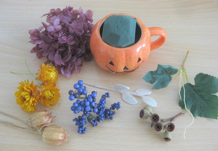 プリンが入っていたカボチャの器、オアシス、ドライフラワー4種、プリザーブドのアジサイ、アーティフィシャル(造花)の実と葉っぱを用意しました。  ピンセット、ナイフ、ハサミ、ワイヤー、グルー、グルーガンも使います。