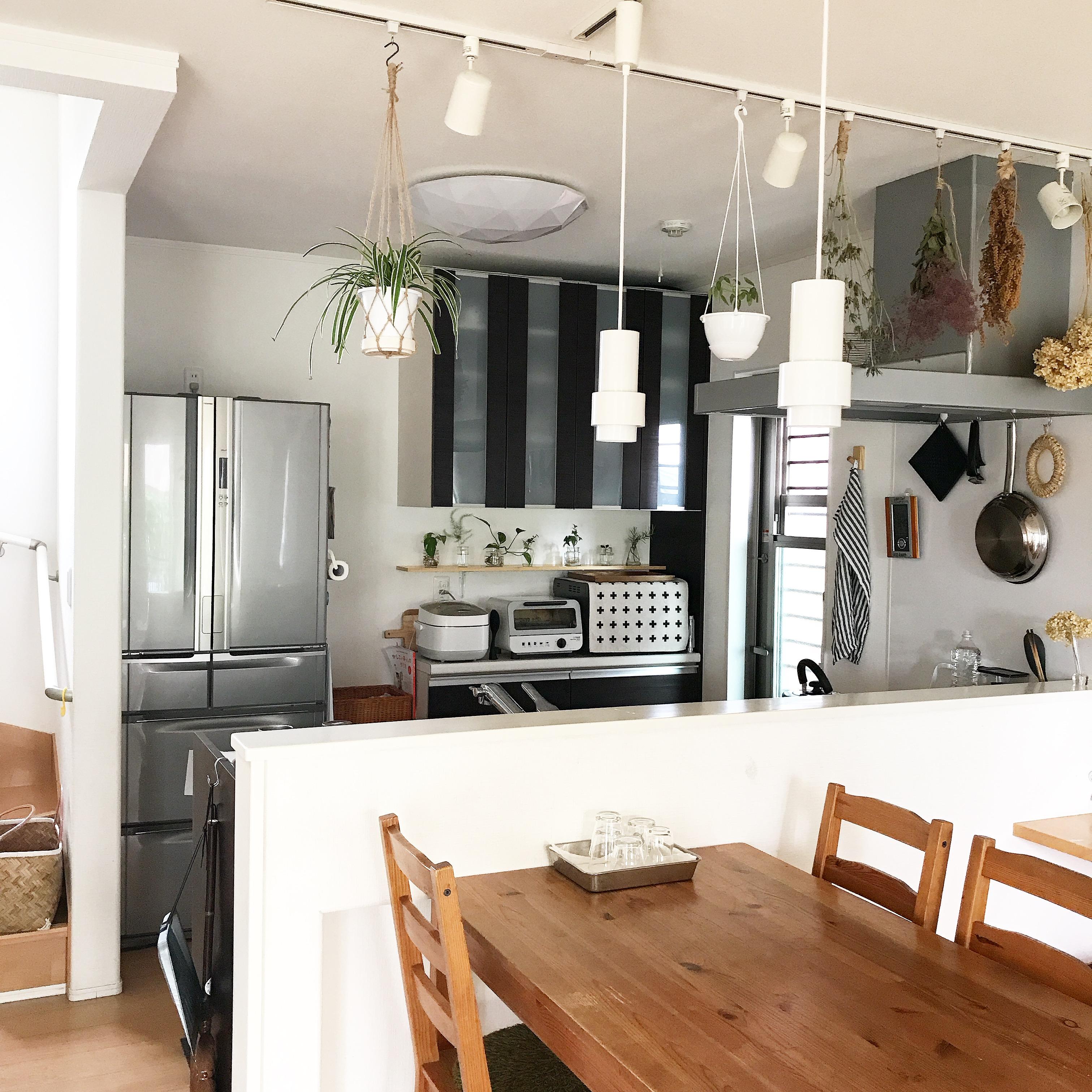 植物だけでなく、ドライフラワーもぶら下げて飾ると、キッチン空間に彩りが出ますね。 @rinko5511さん提供