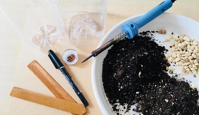 ~材料~  ・ペットボトル ・鉢底石 ・野菜用の培養土 ・大根の種 ・ハンダゴテ ・油性マジック  ※鉢底石がない場合は、ペットボトルの底に開ける穴を増やすなどして、土の排水性を高めることで補うことができます。  ※ハンダゴテは100均(500円前後の金額です)で購入することができますが、カッターなどでも代用できますので用意できる道具で作ってみてください。