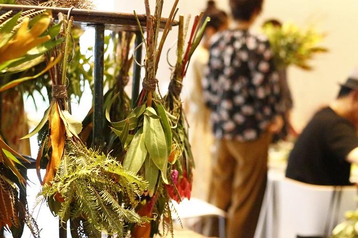 事前予約により開催された前田有紀さんと南アフリカのプロテア農家のブライアンさんによるワークショップは、前田有紀さんからスワッグの作り方のコツなどを直接教えてもらうこともでき集まった方たちの目をキラキラさせていました。