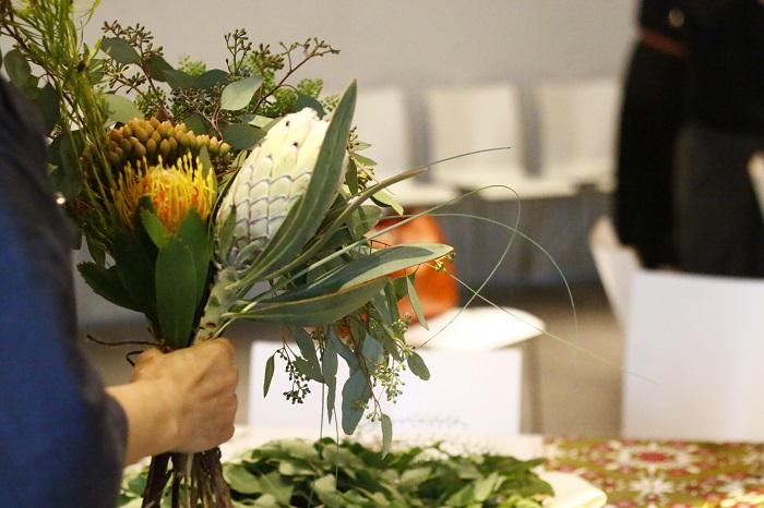参加した方々は、ブライアンさんからスワッグに使用する一つ一つの草花の歴史や成長するまでの話を聞くことにより草花を選ぶ基準が広がり、とても思い入れの深いスワッグ作りを楽しんでいました。