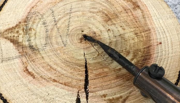 今回ご紹介するハンダゴテを使ったDIYは、「ウッドバーニング」といって電熱ペンを使って、木やコルクシートなどを焦がしながら、字や絵、模様を描く技法を用いた方法です。