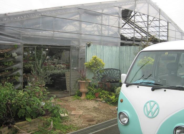 こちらが、平野さんが勤務されている河野自然園の農園と、かわいらしい社用車です。